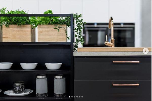mustakultainen keittiö