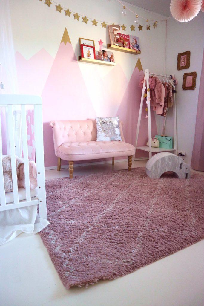 vaaleanpunainen lastenhuone