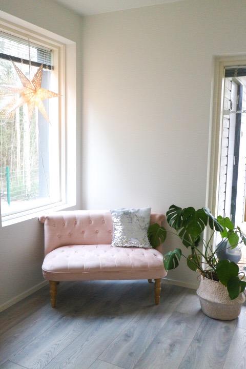 vaaleanpunainen sohva